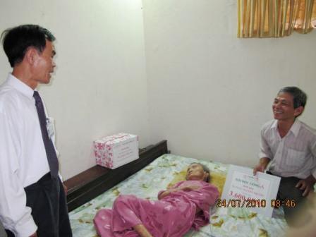Hiệu trưởng trường ĐH Đông Á, GS-TS Lê Văn Hoàng hỏi thăm sức khỏe mẹ Thứ
