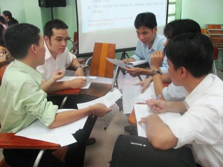 Nhóm làm việc khoa Điện đang thảo luận vấn đề