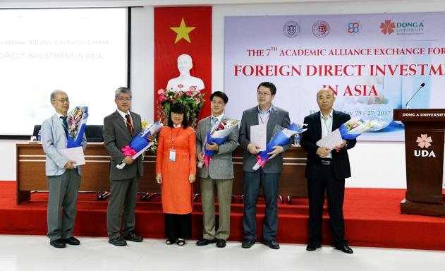 TS. Nguyễn Thị Anh Đào - Chủ tịch HĐQT Đại học Đông Á cùng các trưởng đoàn Nhật Bản, Hàn Quốc và Trung Quốc tham gia Hội thảo quốc tế
