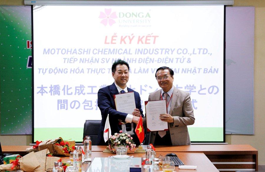 Ông Motonori Kawano ký kết tiếp nhận sinh viên ĐH Đông Á