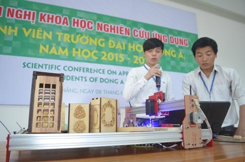Mai Đăng Diễn và Phạm Thiết Chương thuyết trình về máy CNC tại Hội nghị Khoa học ứng dụng sinh viên trường ĐH Đông Á