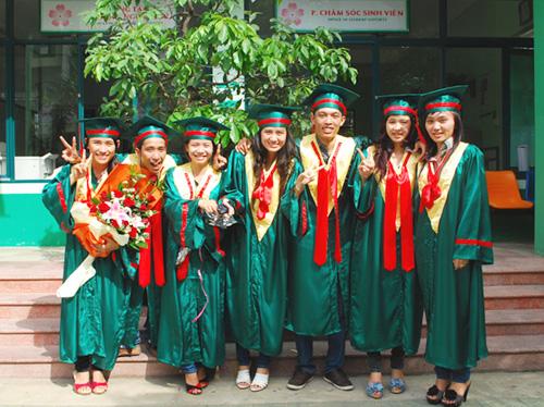 Sinh viên chụp hình lưu niệm cùng nhau
